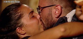 Nancy Coppola dolce sorpresa all'Isola dei Famosi 2017: bacio al marito